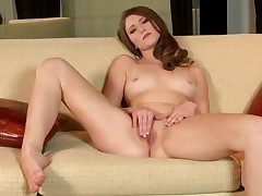 Shae Fall guy with trimmed pussy goes solo for cam